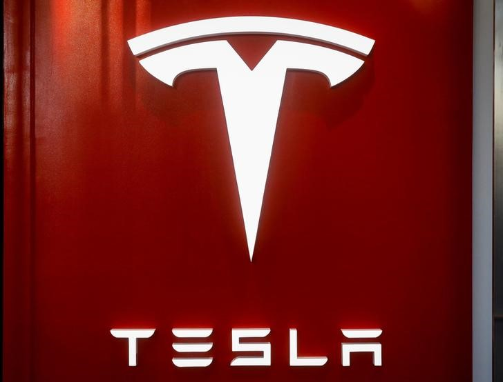 Tesla shares sink on reports carmaker is running short on cash