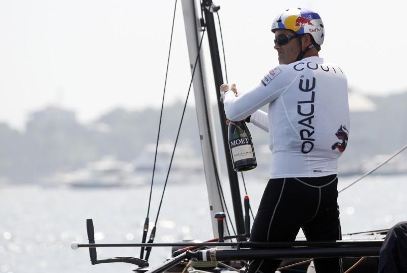 文件图片 -  Oracle Team USA Helmsman Russell Coutts在纽波特举行的美洲杯世界系列赛纽波特赛车锦标赛中赢得比赛冠军后赢得一瓶香槟