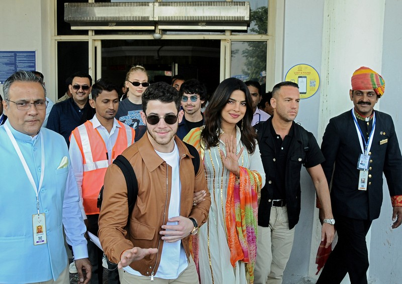 Priyanka Chopra and Nick Jonas pictures are out and they are attractive