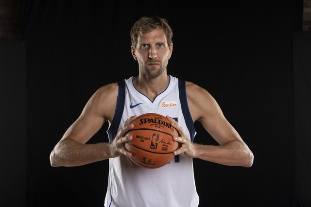 Mavs' Nowitzki returns, sets record for 21st season
