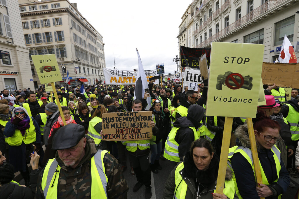 Yellow vest protests in Paris result in clashes, detention of 10 people