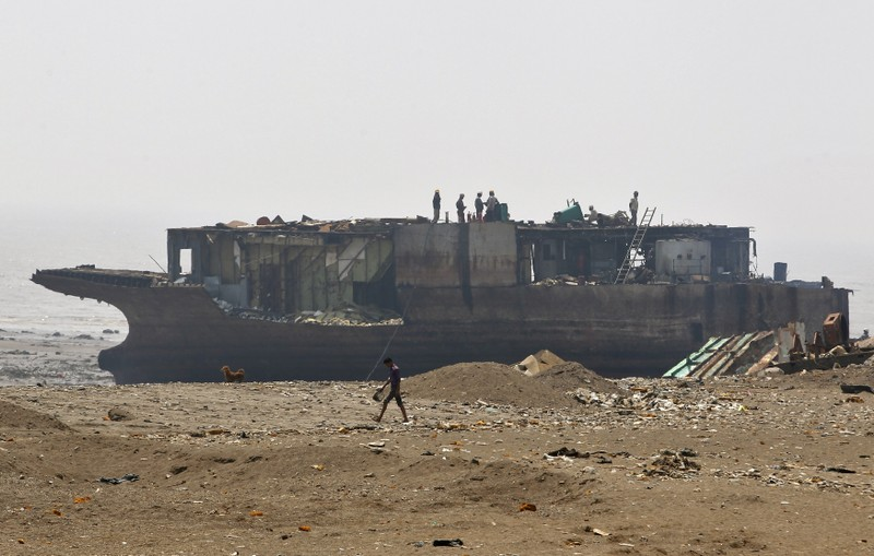 Wider Image: Cleaning up Shipbreaking