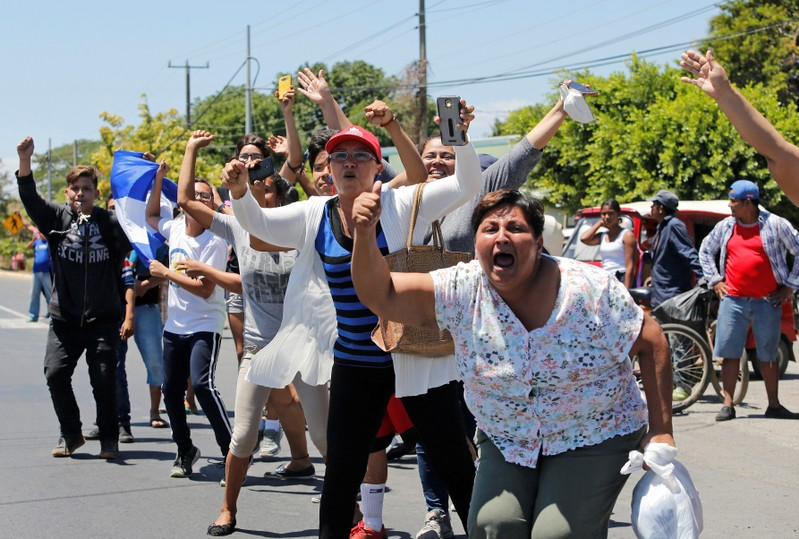 People cheers protesters, who were arrested for participating in protests against Nicaraguan president Daniel Ortega's government, after being released from La Modelo Prison in Managua