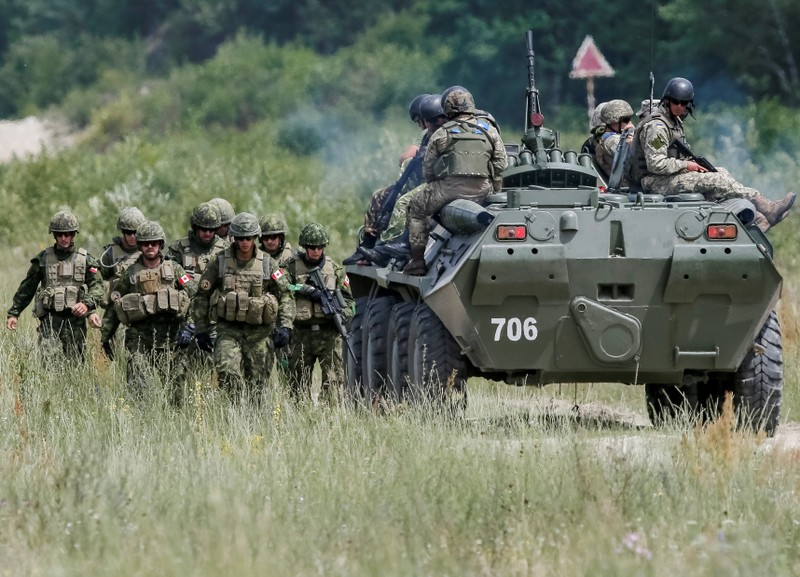Canadian military instructors and Ukrainian servicemen take part in a military exercise at the International Peacekeeping and Security Center in Yavoriv