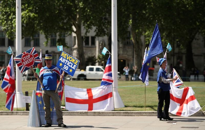 Anti-Brexitprotesters are seenoutsidethe Houses ofParliamentin London