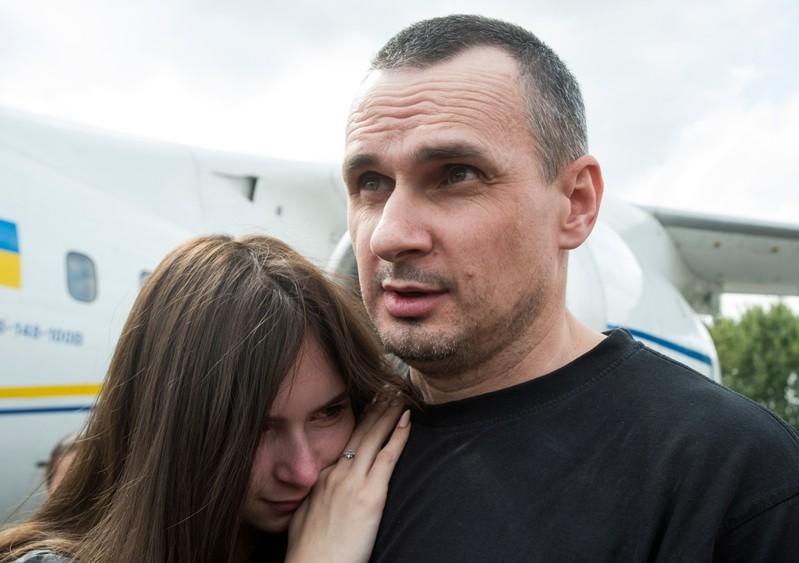 Planes carrying Russian, Ukrainian prisoners land in Moscow, Kiev