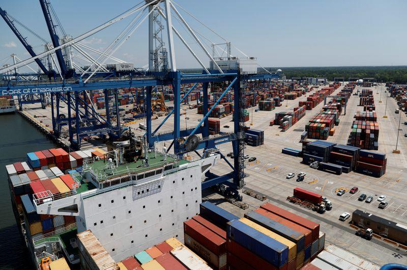 The US trade deficit decreased 1.7% last year to $ 616.8 billion