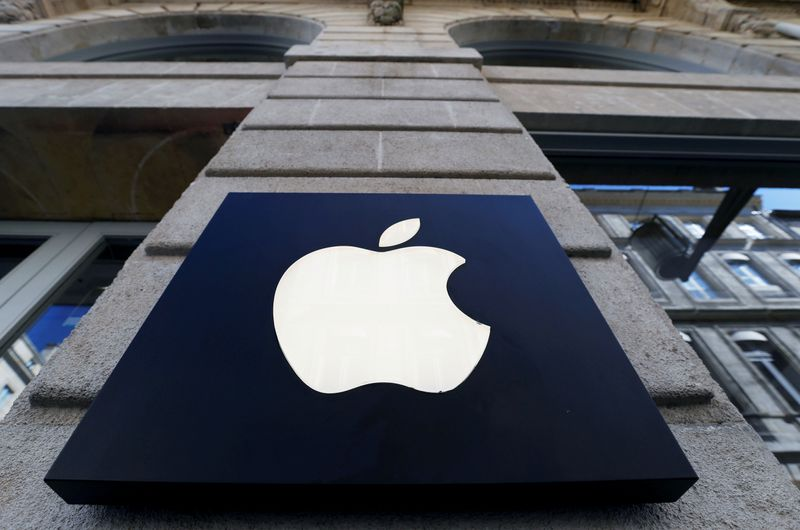 Apple security chief allegedly tried to bribe police with iPads